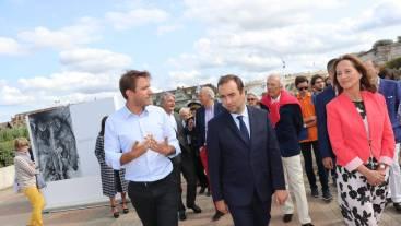 Emeric Glayze, du prix Carmignac, parcourt l_exposition avec Sébastien Lecornu, secrétaire d_État, et Ségolène Royal, ambassadrice des pôles. | OUEST-FRANCE